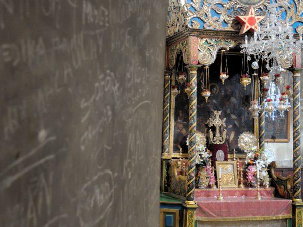 Altare adorno accanto a graffiti