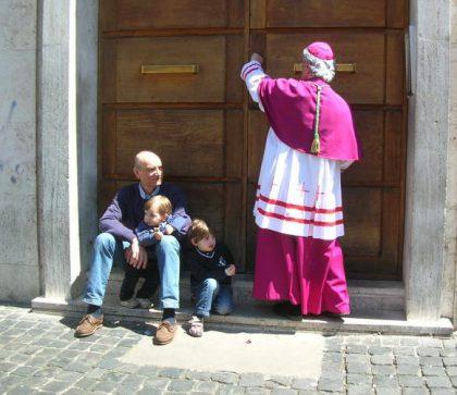 vescovo-alla-porta
