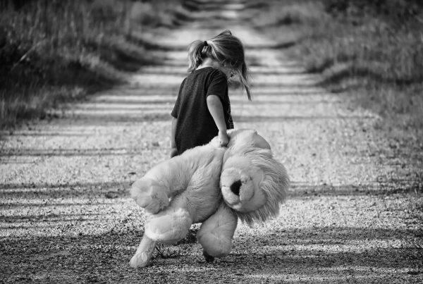 bambina con orsacchiotto per strada