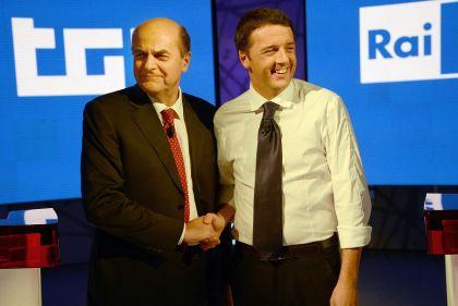 Bersani e Matteo Renzi stretta di mano