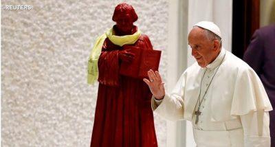 Il Papa con una statua di Martin Lutero