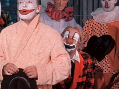 Totò clown, assorto, triste, prega