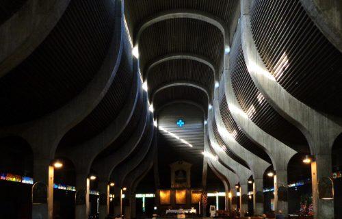 Interno di chiesa moderna