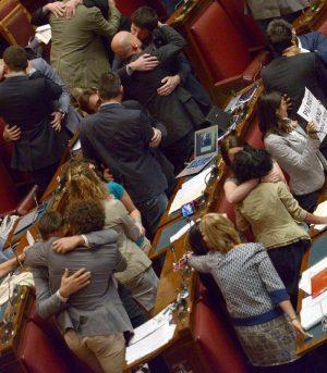 deputati 5 Stelle si baciano contro l'omofobia - foto Ansa